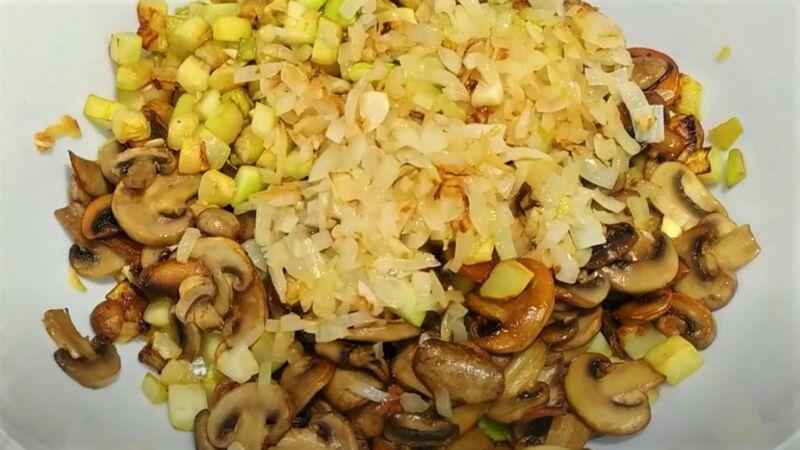 обжаренные грибы и кабачки
