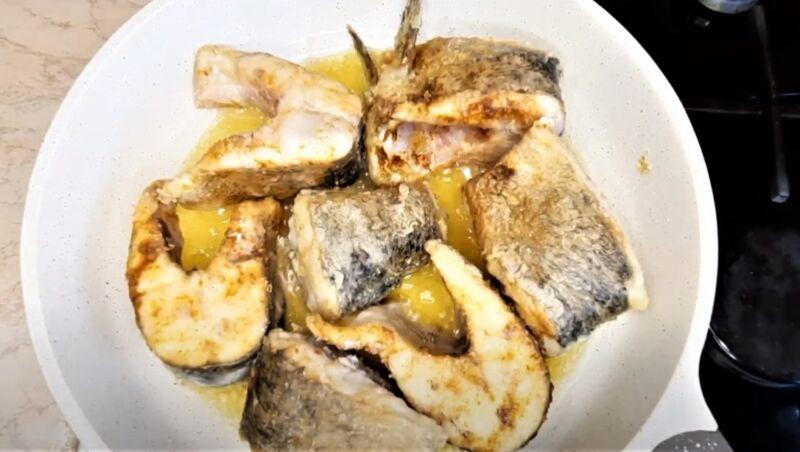 обжаренные кусочки рыбы