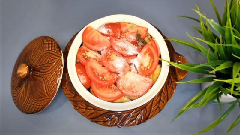 кусочки помидора в горшочке