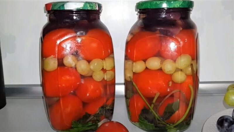 виноград с помидорами в банке