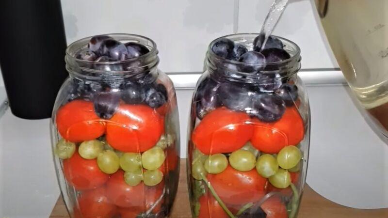 банки с помидорами и виноградом