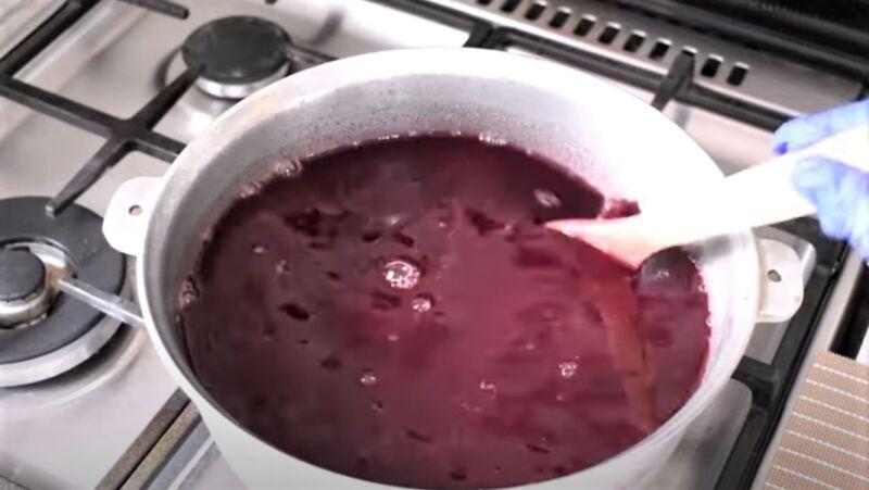 виноградный сок в кастрюле